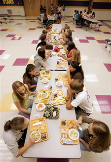 In this August 18, 2006 file photo, students eat lunch at Pleasant View Middle School in Springfield, Tennessee. The U.S. government is trying new approaches to get kids to choose healthier foods. (AP Photo/Mark Humphrey)